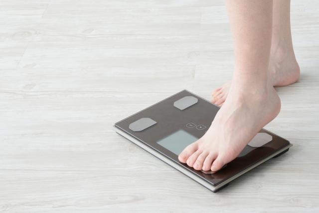 体重を計る女性