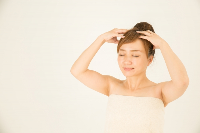髪をケアする女性